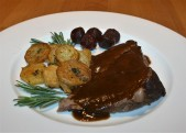 Lammbraten, Pommes Saladaiere, rote Bete,
